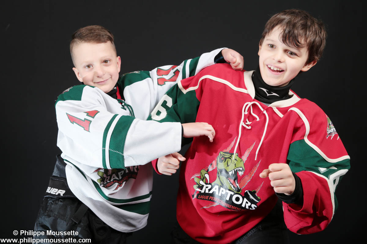 Deux hockeyeurs qui miment une bataille
