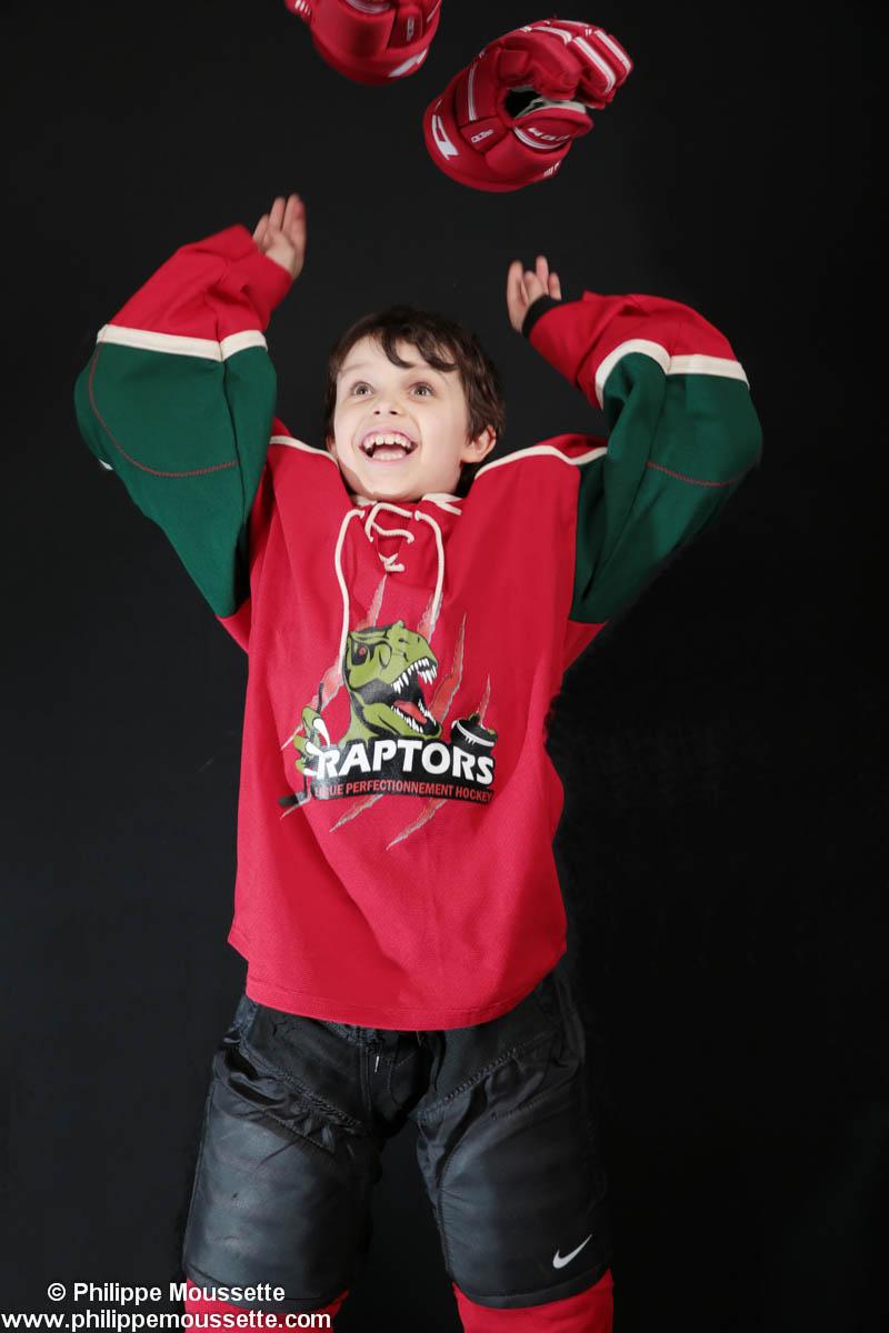 Hockeyeur qui lance ses gants