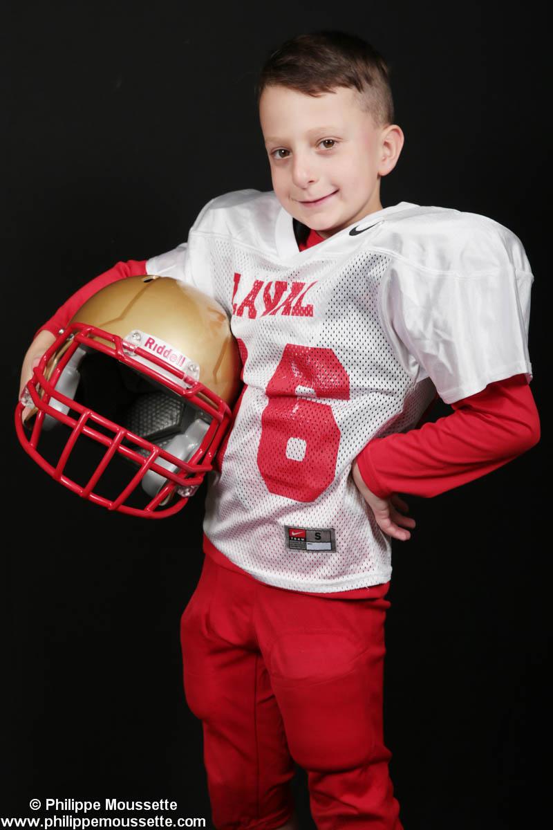 Jeune footballeur avec son casque dans les mains