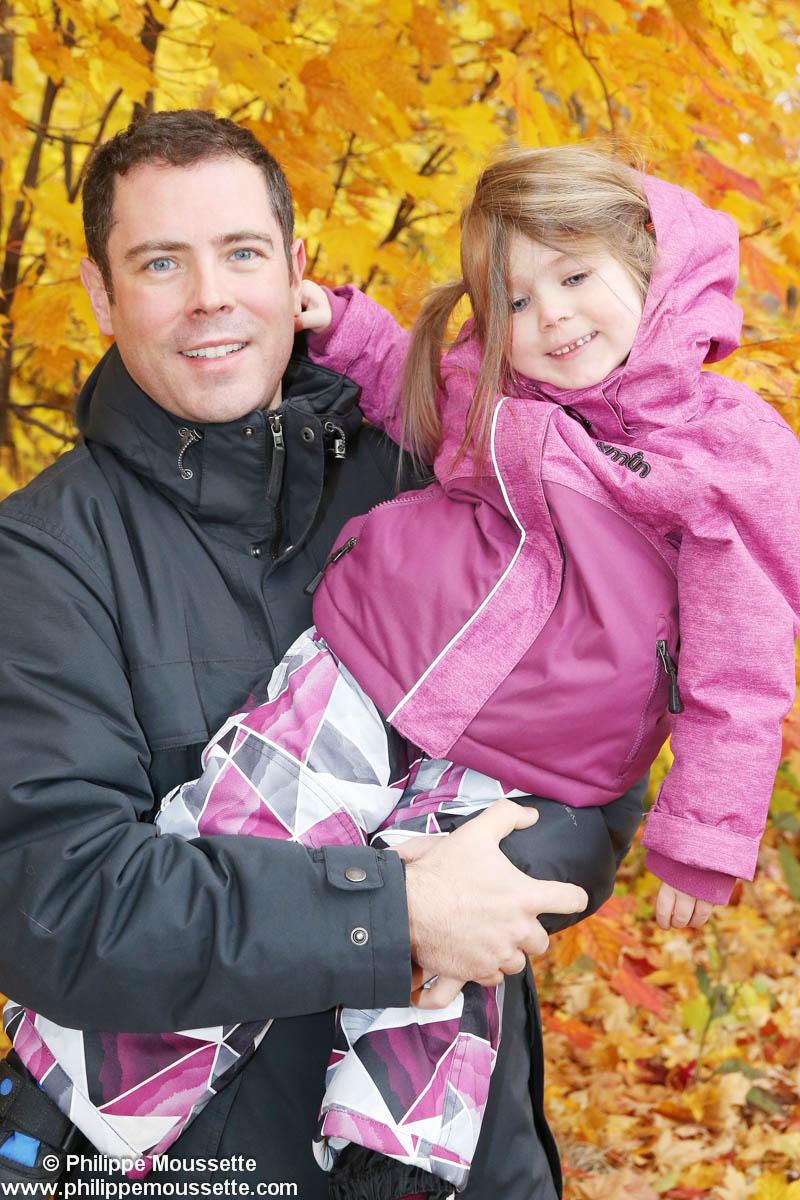 Papa et sa fille dans le bois