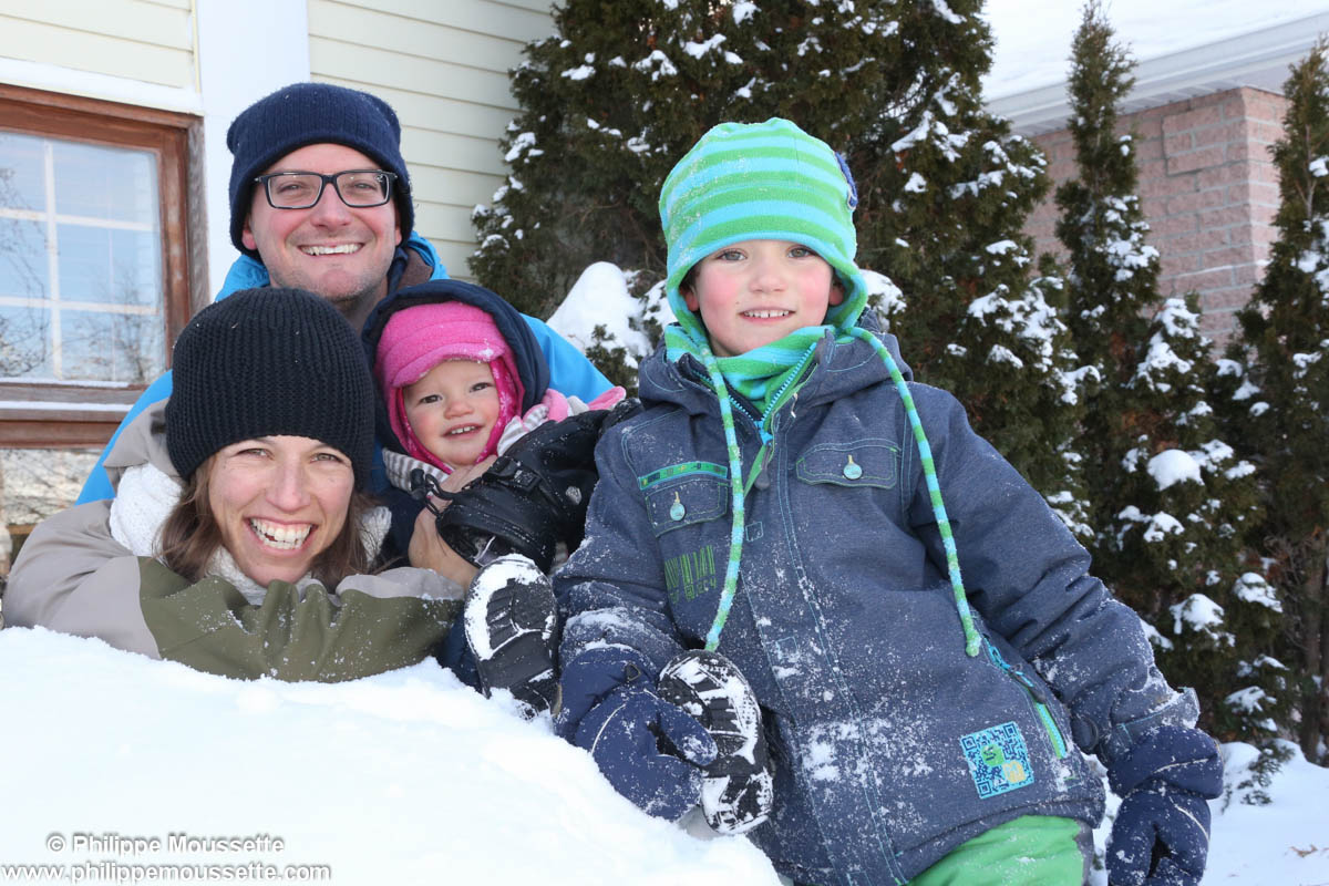 Papa maman et leurs deux enfants dans la neige