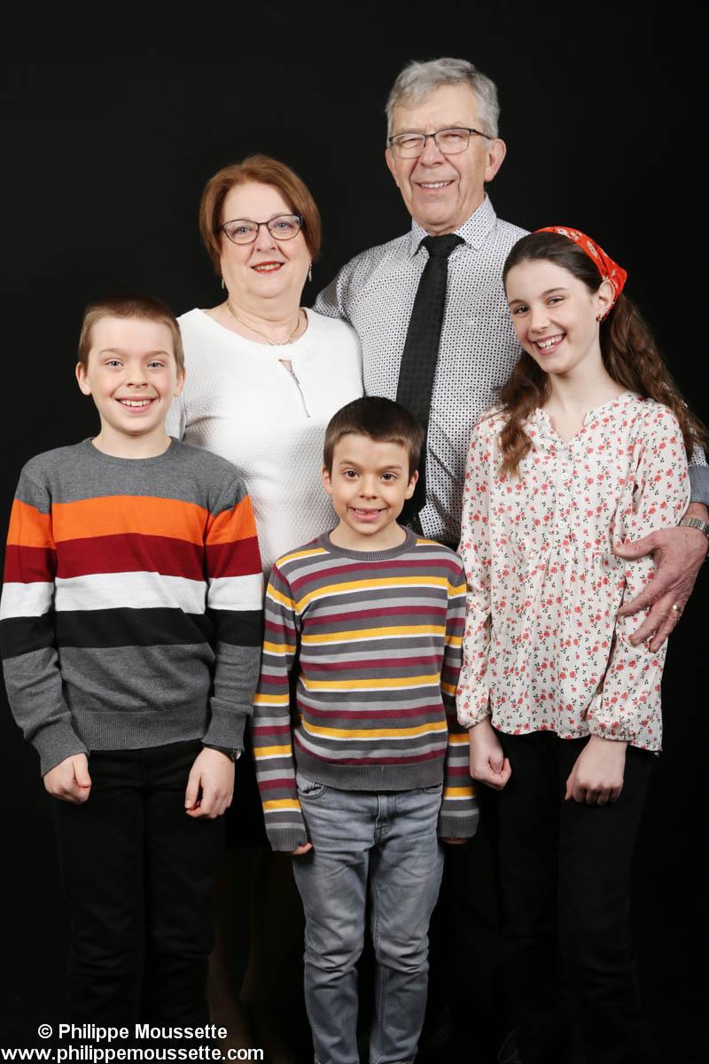 Grands-parents et leurs trois petits-enfants