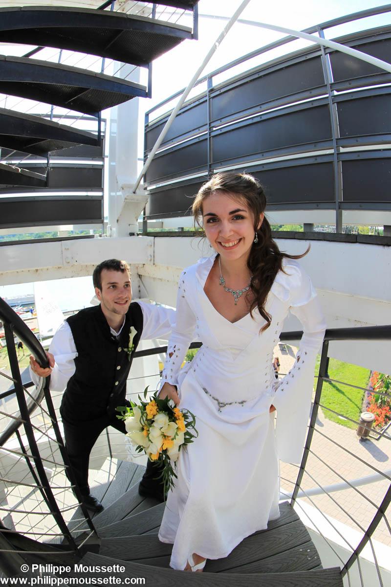 Mariés qui prennent la pose