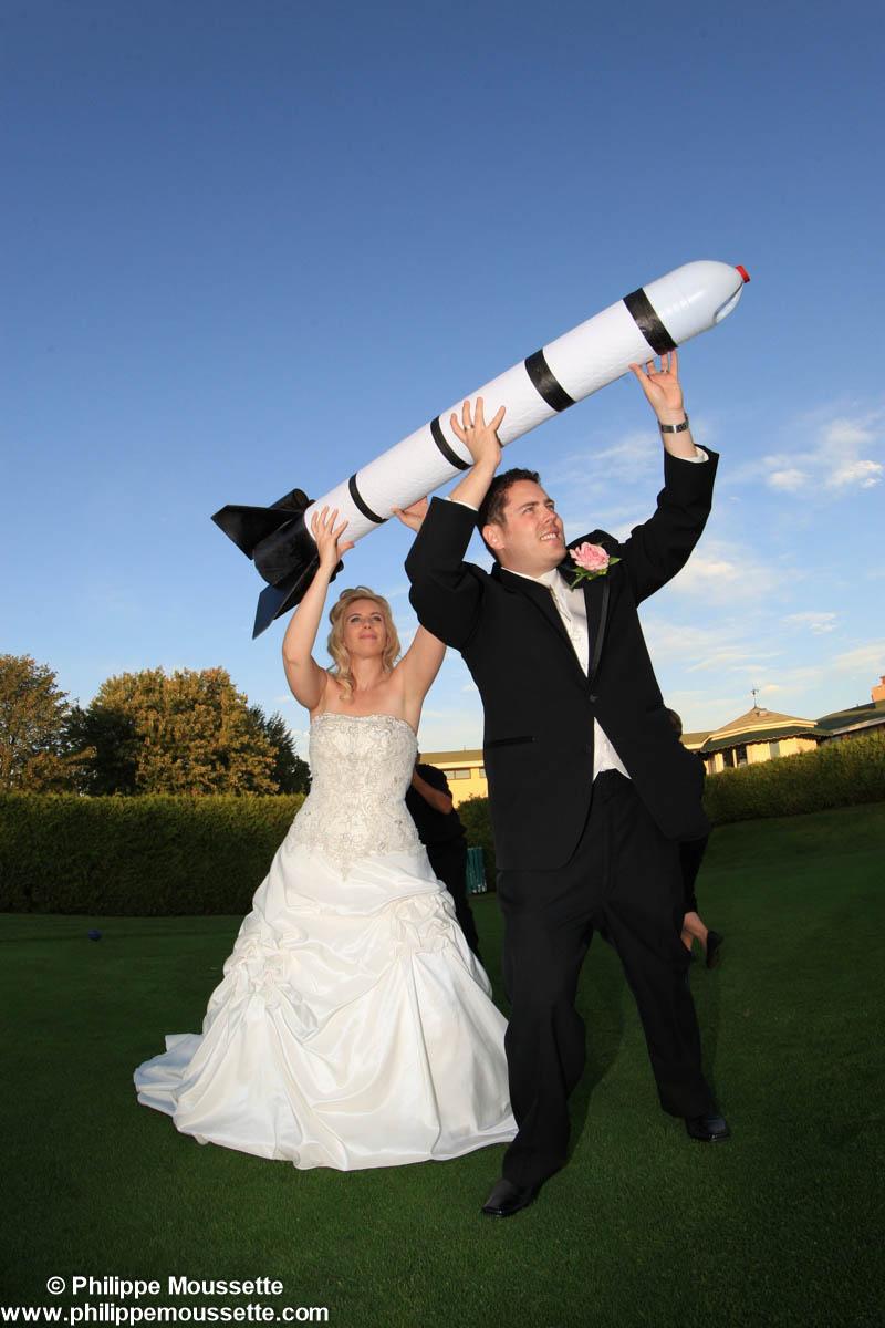 Couple de marié avec fusée dans les mains