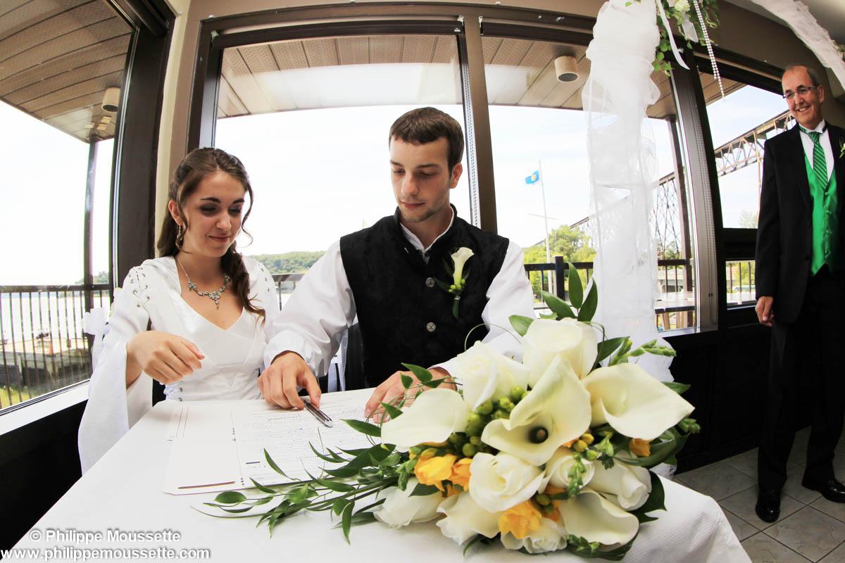 Mariés qui signent un contrat