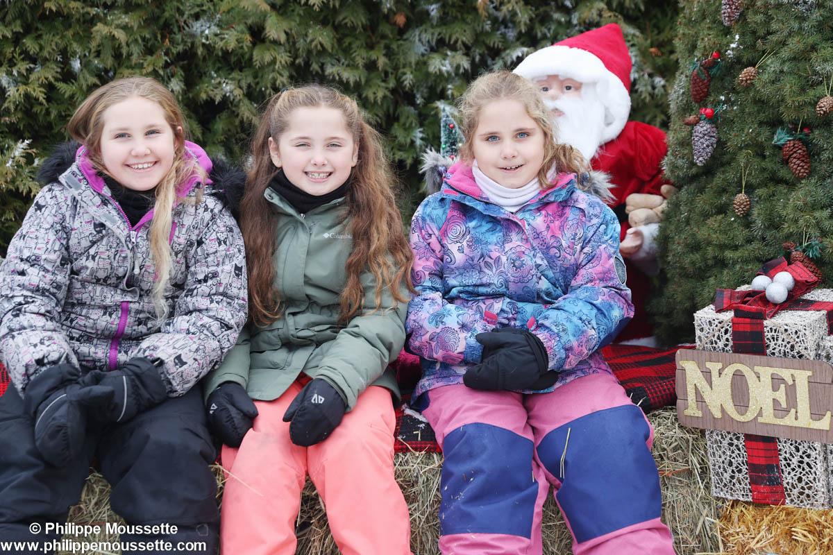 Trois fillettes dans un décor de Noël