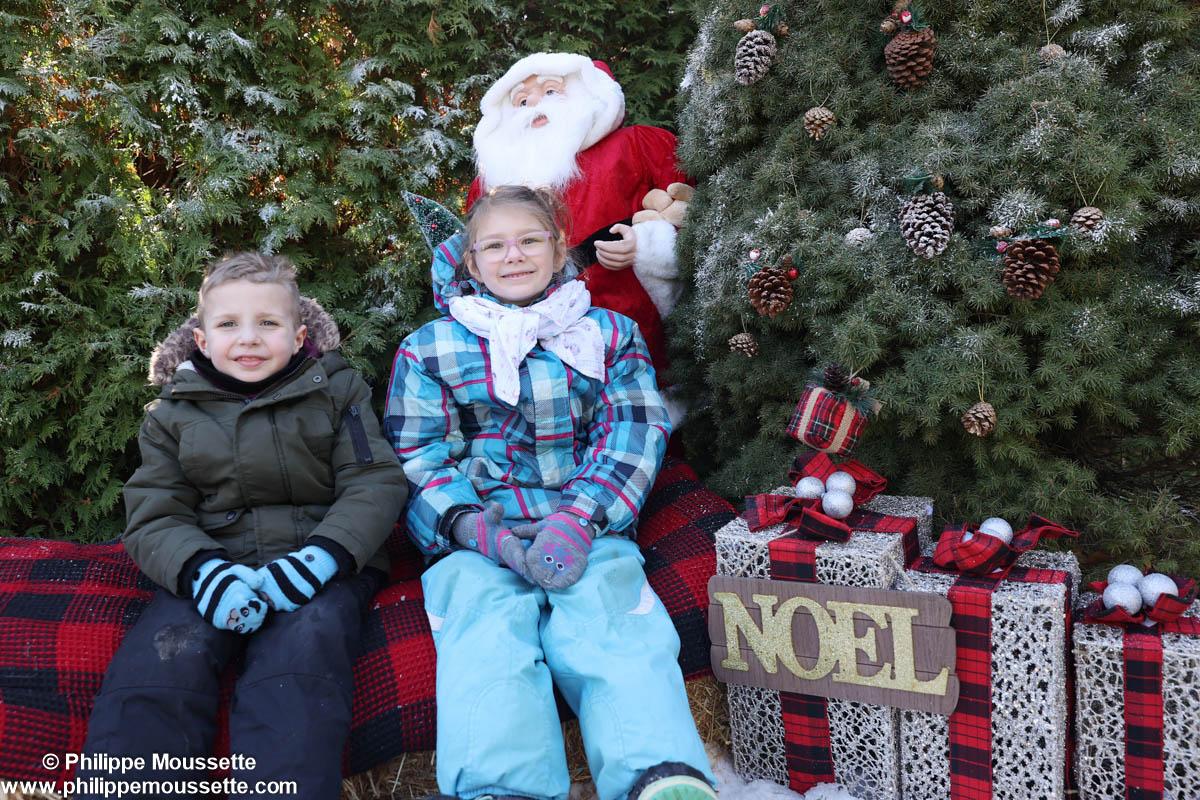 Deux enfants avec un père Noël