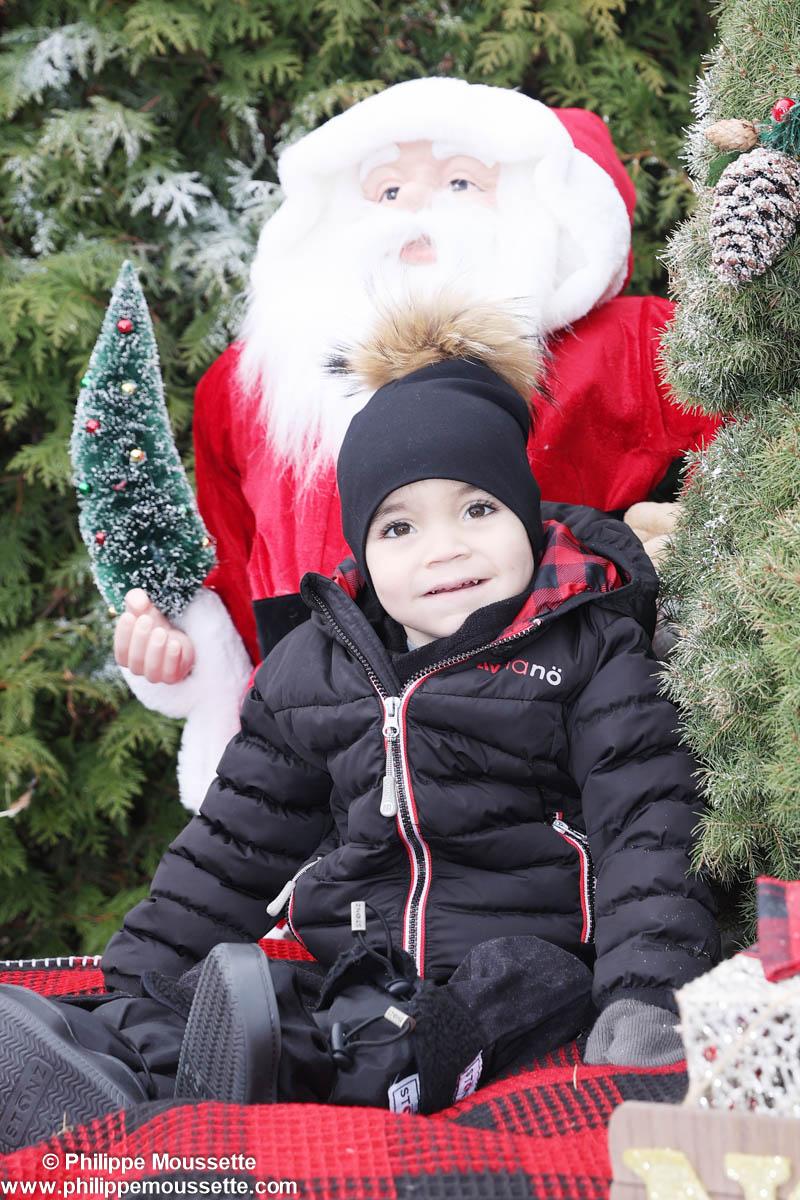 Bébé assis devant un père Noël