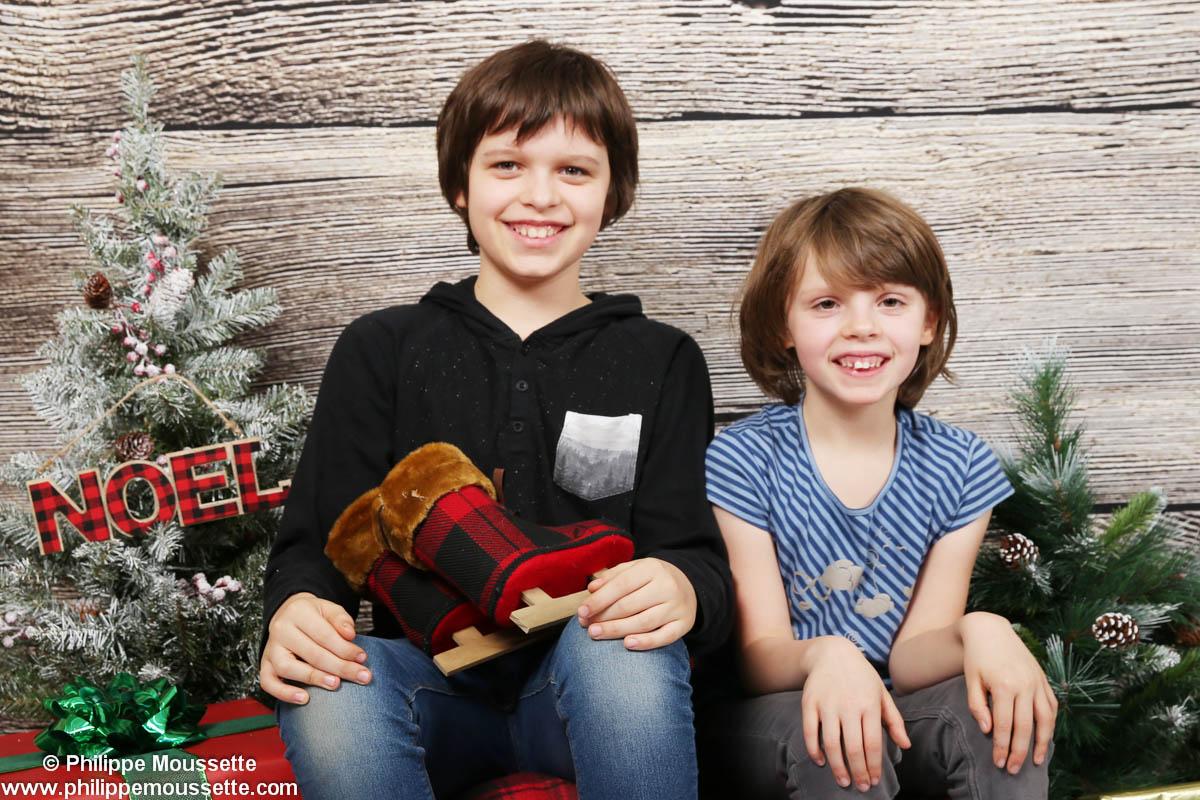Deux enfants dans un décor de Noël