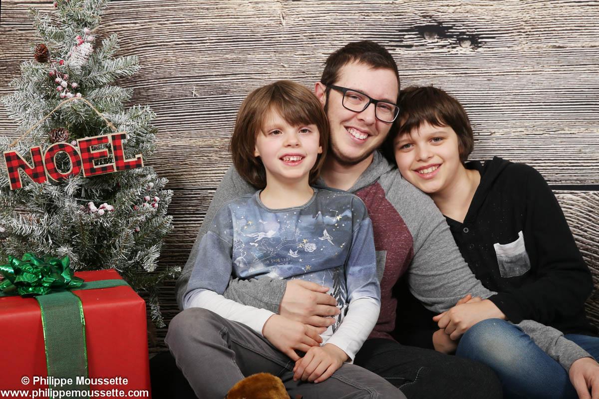 Papa et ses deux fils dans un décor de Noël
