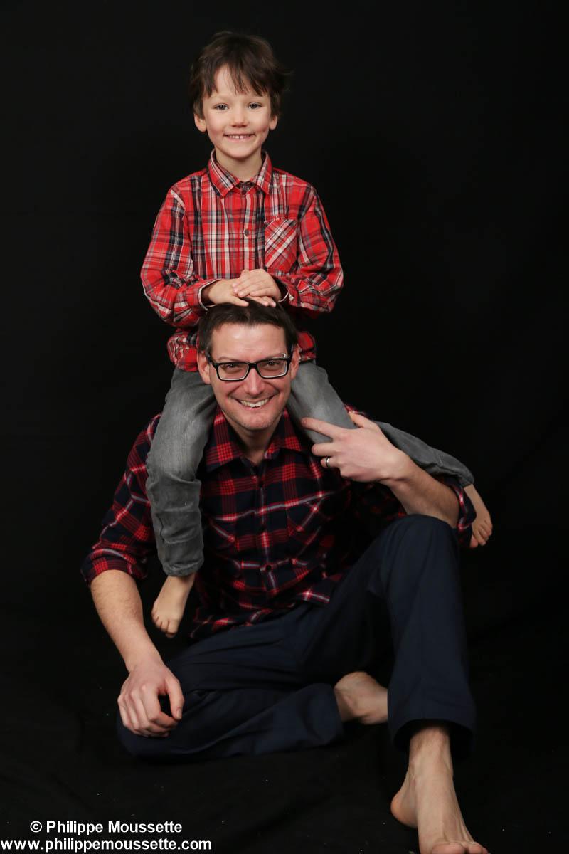 Papa avec son fils sur les épaules