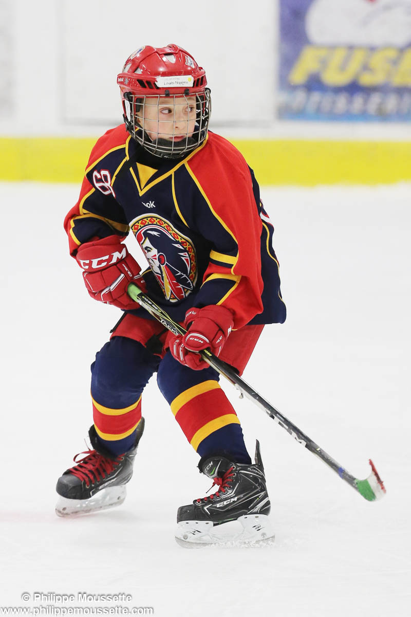 Garçon qui joue au hockey