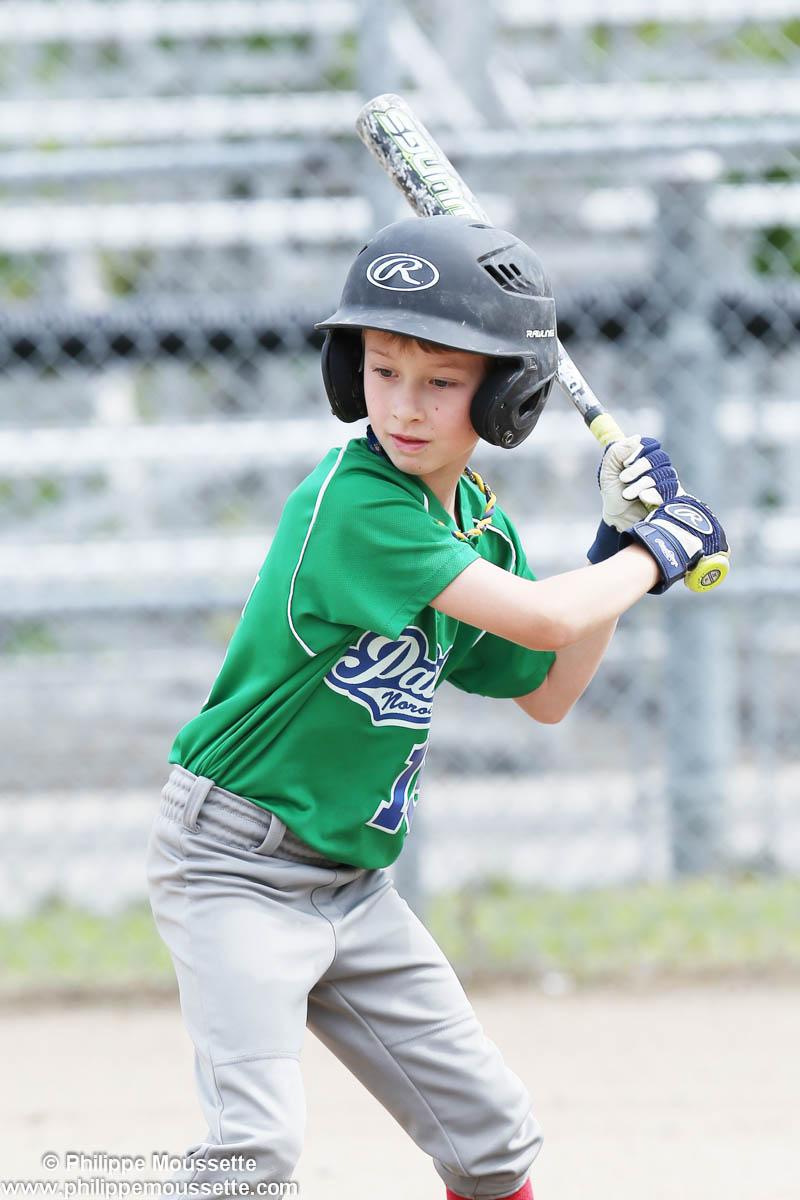 Joueur frappeur qui joue au baseball