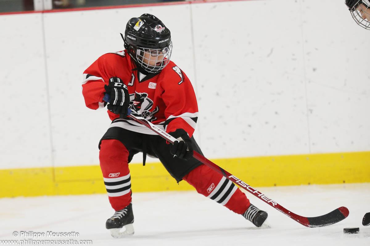 Jeune garçon qui joue au hockey