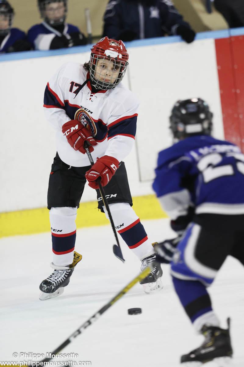 Hockeyeur qui fait une passe