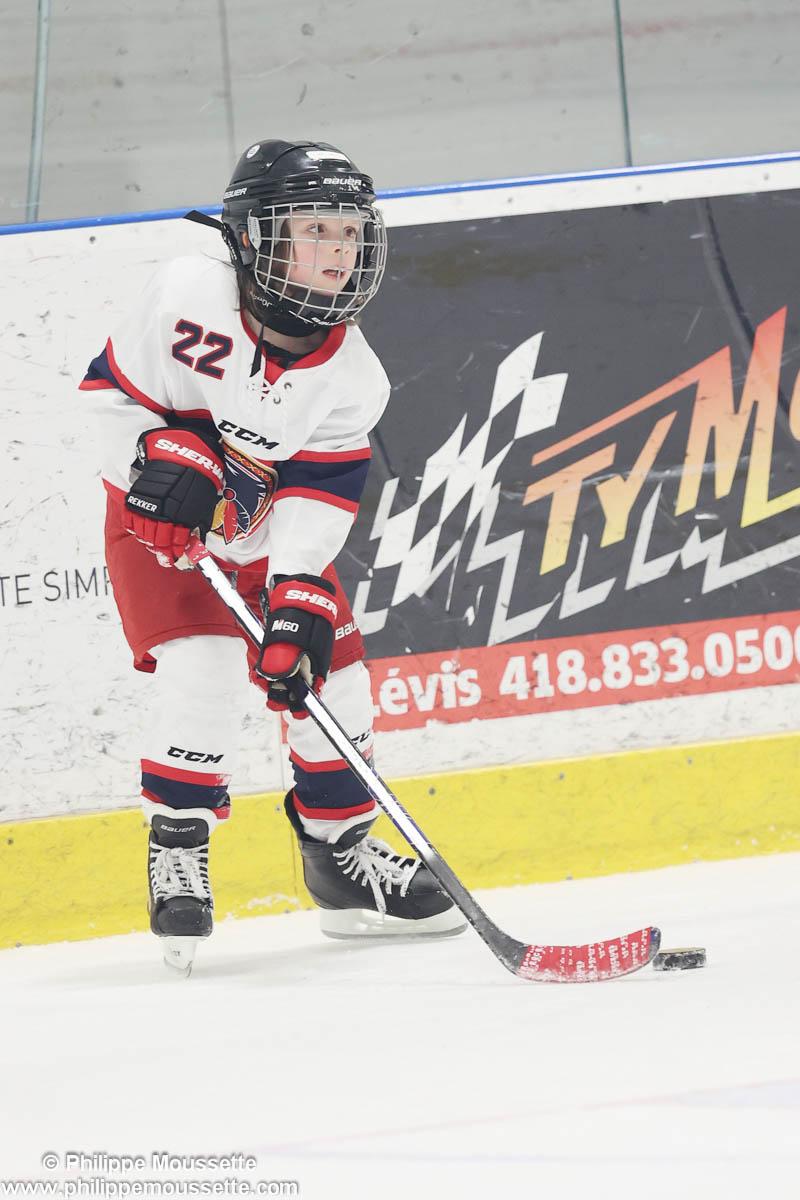 Jeune hockeyeur avec la rondelle