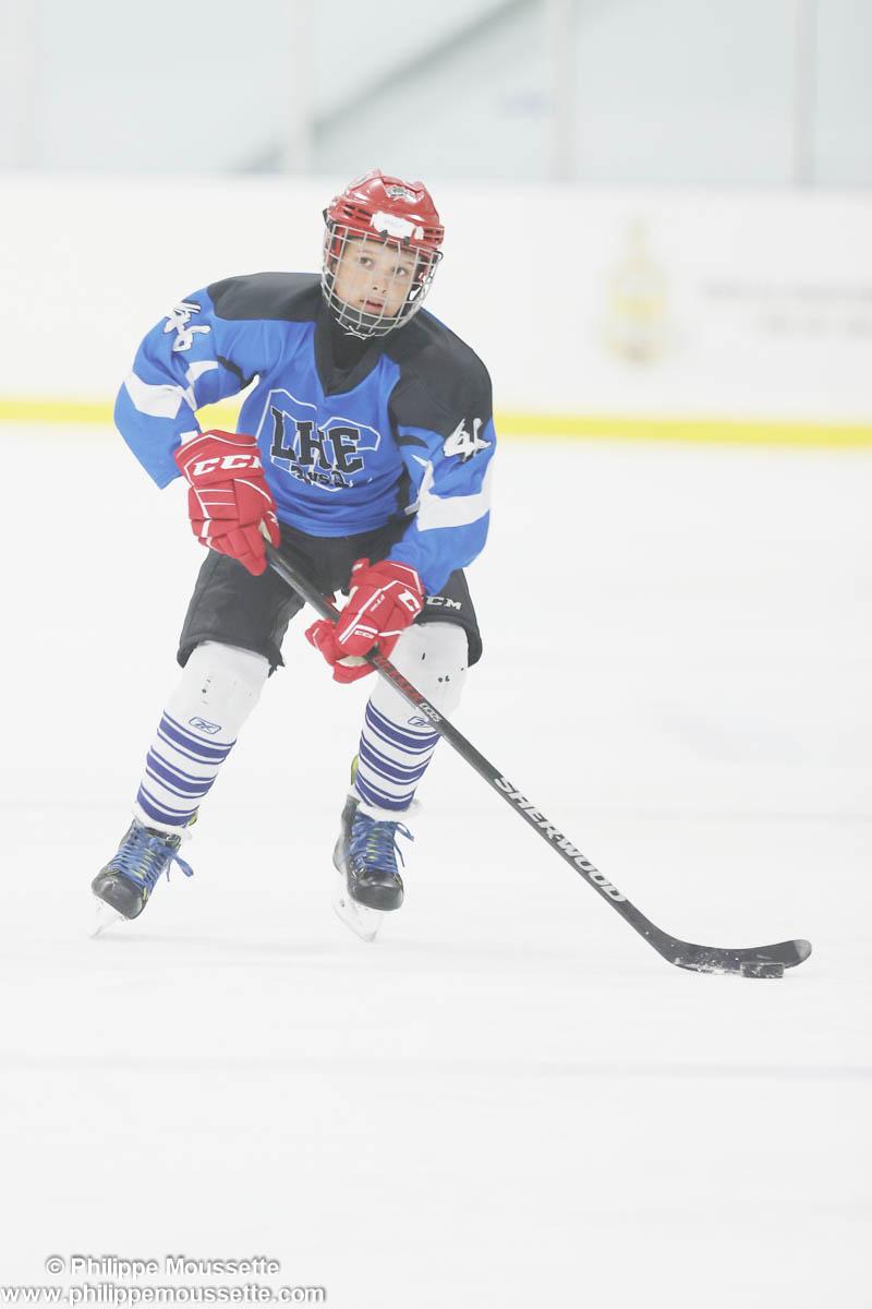 Hockeyeur avec la rondelle