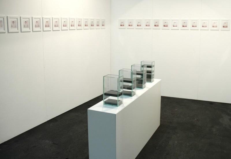 Distanze Italian Wave, Artissima 15 Installazione, magneti e teche di vetro fotografie, dimensioni variabili