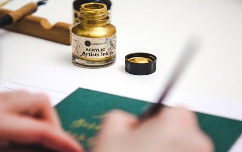 Kalligraferen met acrylic inkt