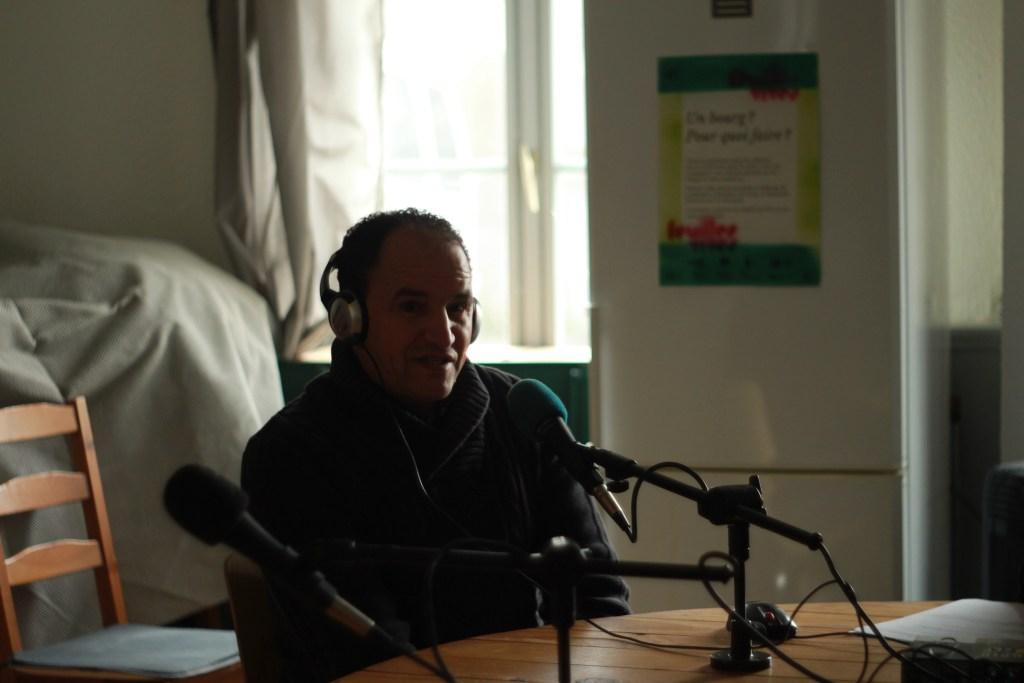 Abdellah Nidouissaden, épicier à Chambon-sur-Cisse, sur le plateau de Feuilles vives en direct de l'auberge de la Buinotte, le 18 février 2018. Crédits photo : Guillaume Legret pour Studio Zef