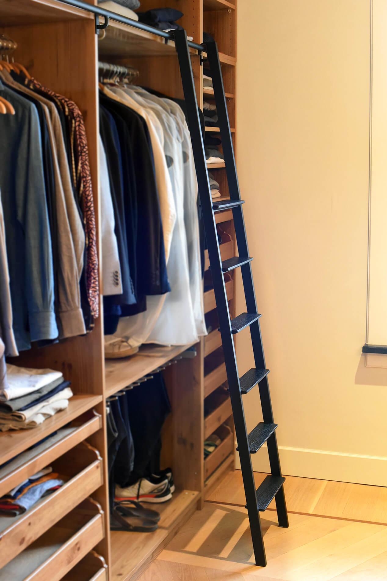 Design trapje van zwart staal voor garderobe