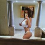 Les gros seins d'une femme nue sur le 88 sexy