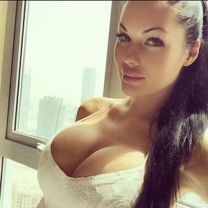 Les seins naturels d'une salope du 17 hot et nue