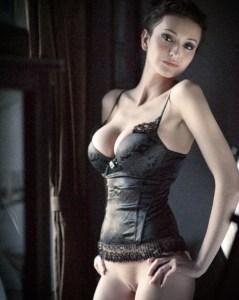 une femme nue sexy de gros seins du 22
