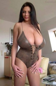 une salope avec des beaux seins nus sur le 23