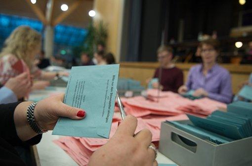 Bis zur Auszählung blieben die Wahlvorgänge im Blick der selbst erkorenen Beobachter Foto: dpa