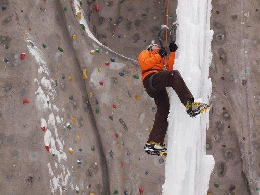 Filigran, aber anstrengend: Auch erfahrenen Klettersportler mühen sich an der Eissäule an der Außenanlage des DAV-Kletterzentrums ab. Foto: Cedric Rehman