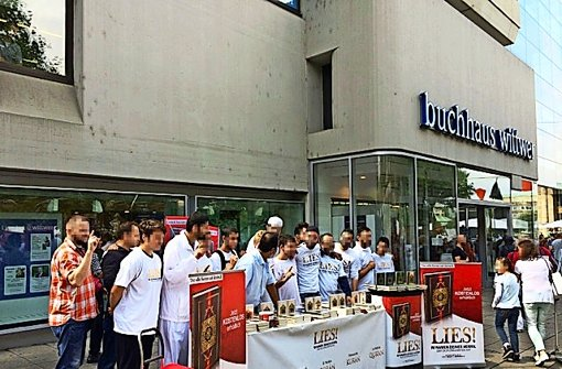 Salafisten vor dem Buchhaus Wittwer Foto: StN