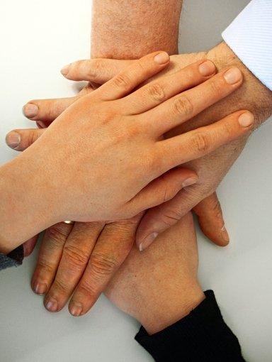 Hand in Hand arbeiten – und das unentgeltlich. Viele Vereine klagen darüber, dass immer weniger Menschen bereit sind, sich ehrenamtlich zu engagieren. Foto: Rüdiger Ott