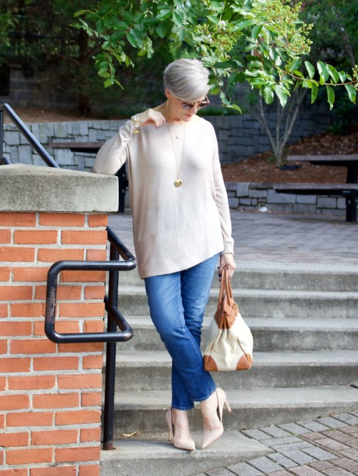 back to summer basics tunic, blue jeans, nude pumps and canvas handbag