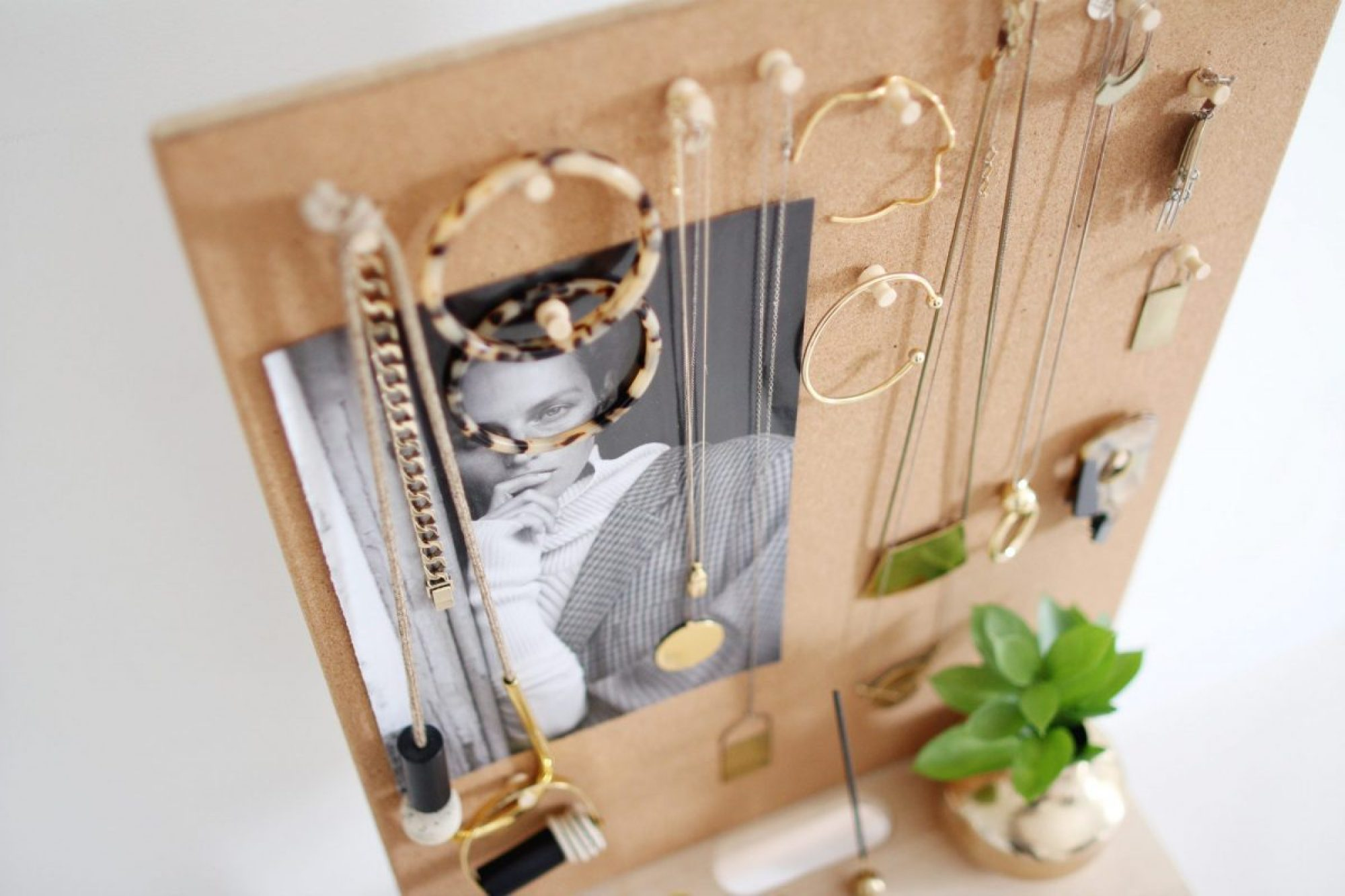 Style Bee - Easy Jewelry Organizer DIY