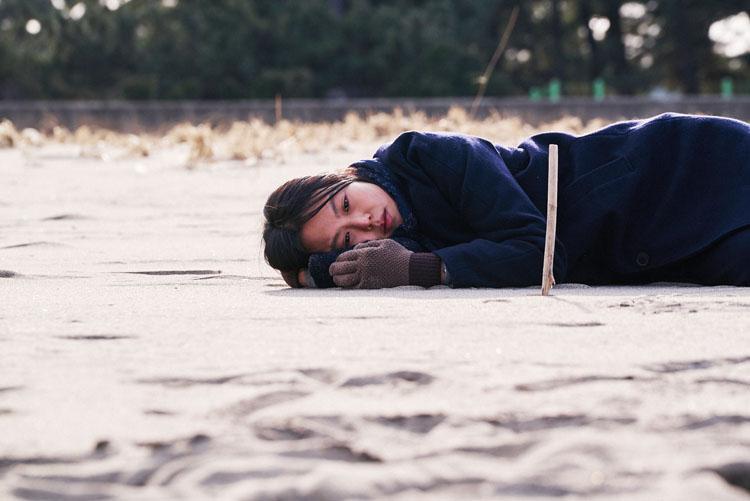 En la playa sola de noche | Psicología de lo femenino