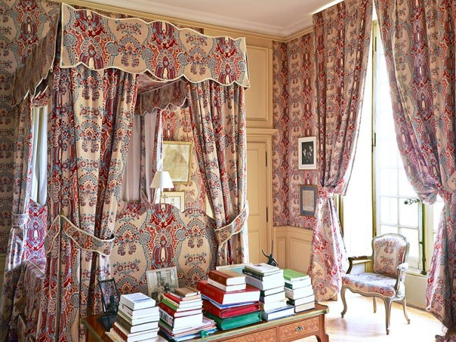 item9.rendition.slideshowVertical.single-patterned-rooms-10-french-manor-bedroom
