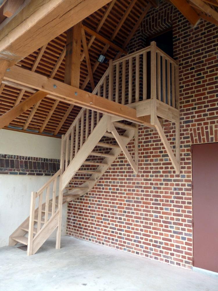 Styl'escalier : Gamme Tradition escalier chêne rustique avec balustres bois et palier d'arrivée avec sa structure