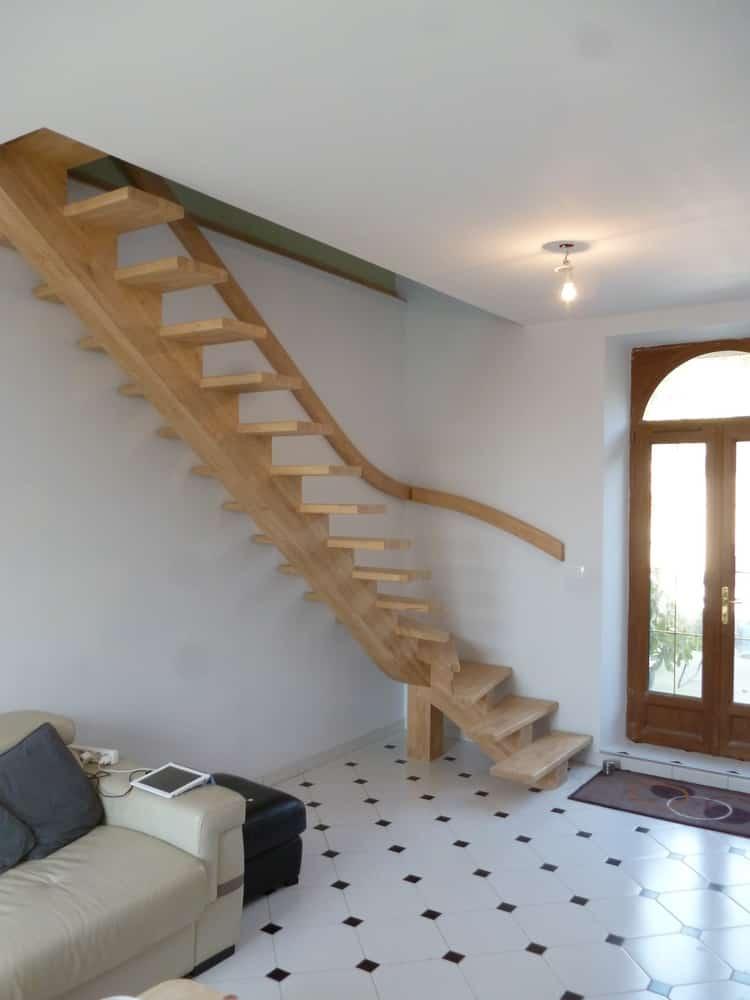 Styl'escalier : Gamme Prestige escalier à limon central en hévéa avec rampe mural cintré