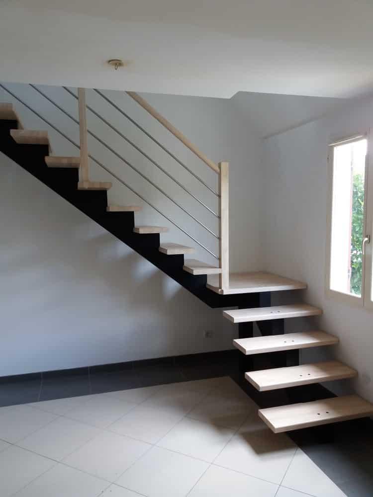 Styl'escalier : Gamme Prestige escalier à limon central noir intense en hévéa teinte blanc supérieur avec palier