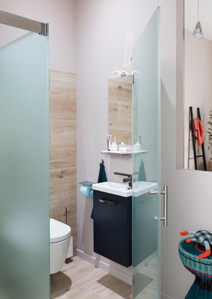 Une Salle De Bains Avec Des Toilettes Bien Caches