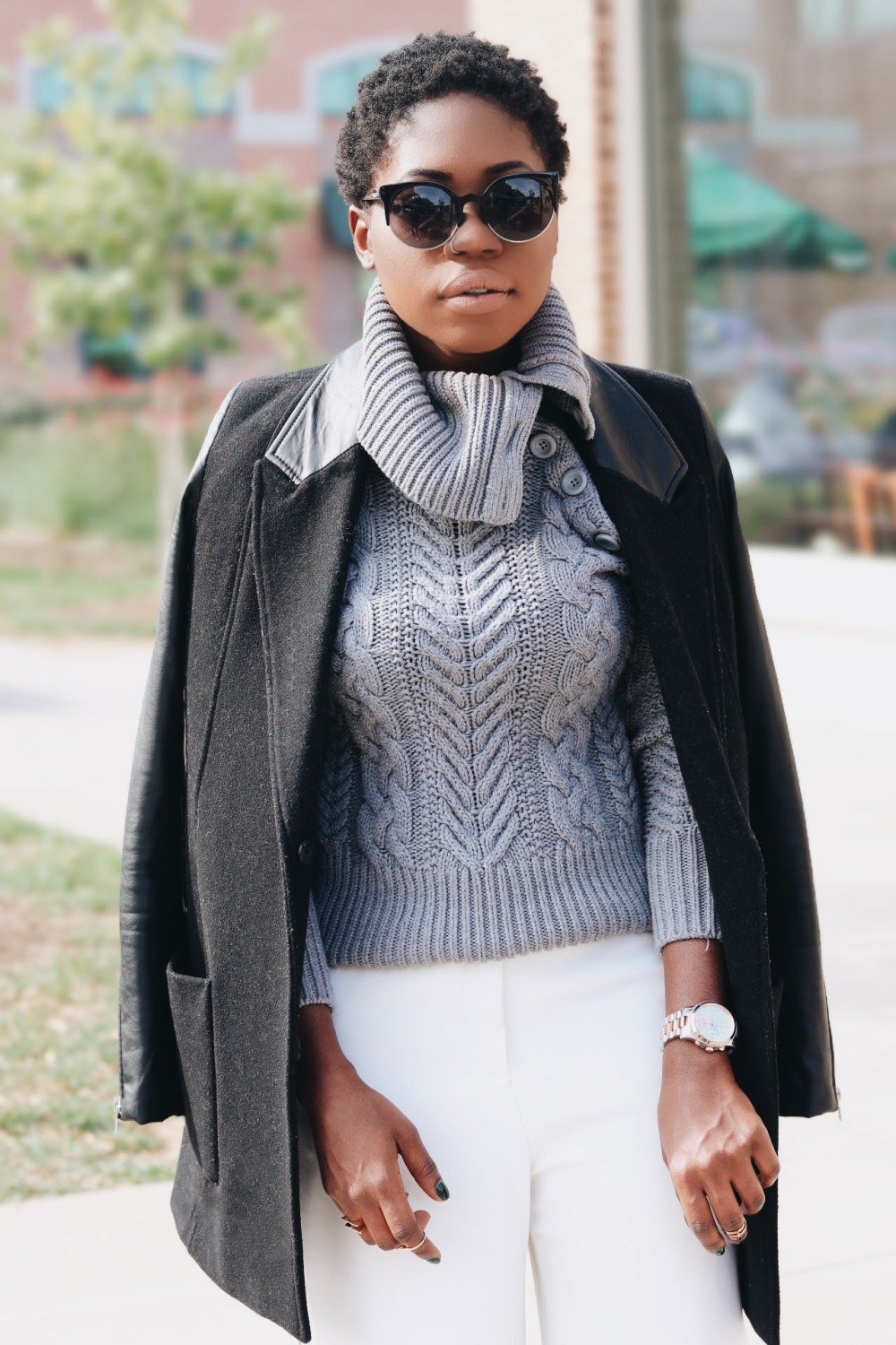 style-synopsis-contrast-black-coat