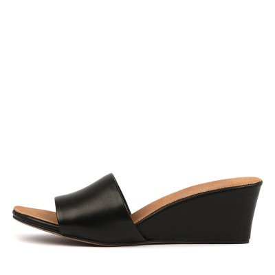 Django & Juliette Lindas Black Tan Footb Sandals