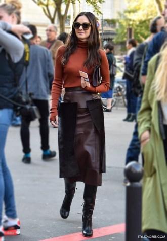 Poslovni look dolčevita i kožna uska suknja boje kestena