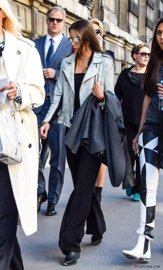 Atraktivan stajling sa sivom bajkerskam jaknom
