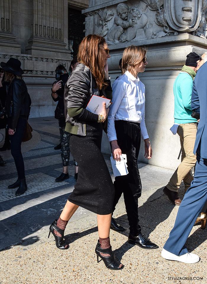 MODA: Kako kombinirati - street style outfit sa bomber jaknom i šljokičastom haljinom, sandale i sokne