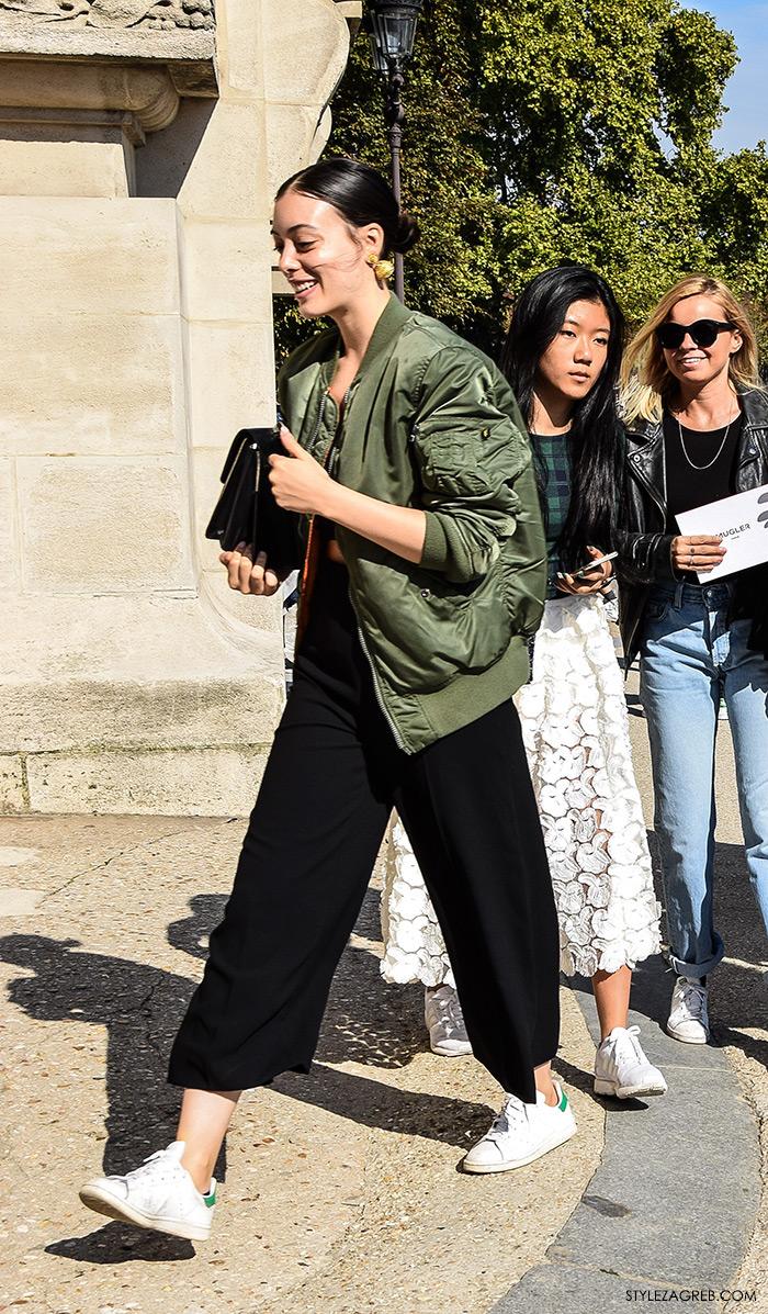 MODA: Kako kombinirati - street style outfit sa bomber jaknom i bijelim tenisicama