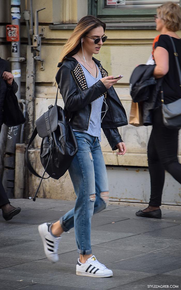 Zagreb street style, zagrebacka spica moda 2016, proljeće ulična moda cure, stajling: bajkerska jakna sa zakovicama, Adidas bijele tenisice, crni ruksak i poderane traperice, Style Zagreb