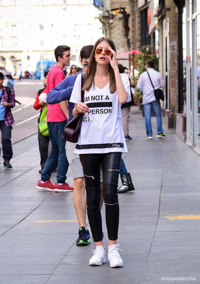 Zagreb ulična moda, Style Zagreb proljeće street style cro moda fashion žena hr, kako nositi crne kožne uske hlače, bijele tenisice, metalik crvene Rey-Ban metalizirane sunčane naočale, bijele tenisice. Manekenka stil