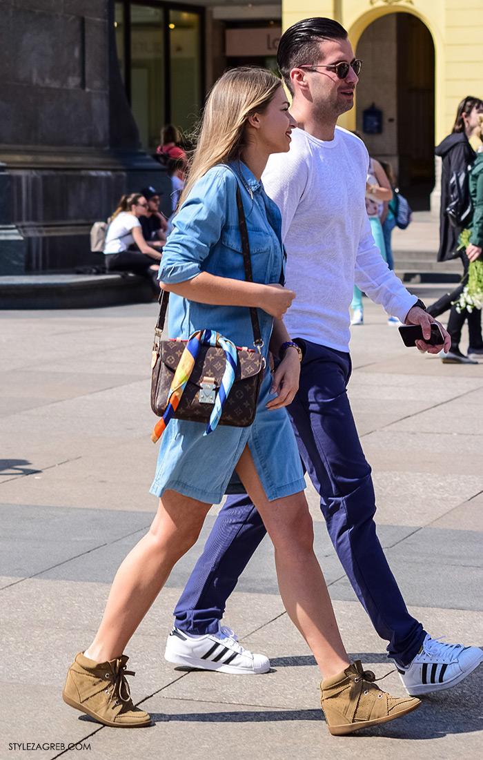 proljetna ulična moda Zagreb street style, traper košulja-haljina, Isabel Marant tenisice sa skrivenom potpeticom, Louis Vuitton torba sa svezanom maramom, stylish par na ulici